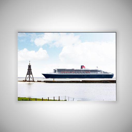 Kugelbake mit Queen Mary 2 Querformat | 3mm Alu-Dibond-Platte Galerie Print