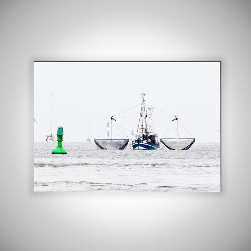 Fischkutter mit Rettungsboje Querformat | 3mm Alu-Dibond-Platte Galerie Print