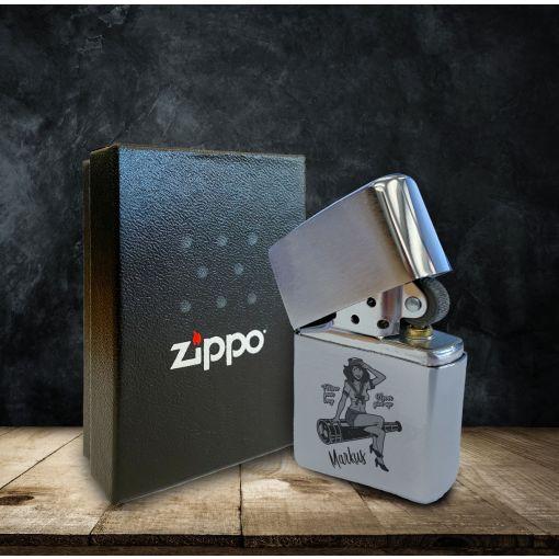 Pin-Up Girl mit Wunschnamen | Zippo